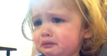 Niña llora cancion de sus padres