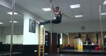 den-romanov-gimnasta-ruso-rusia-parece-que-anda-andando-andar-ejercicios-barra-vertical