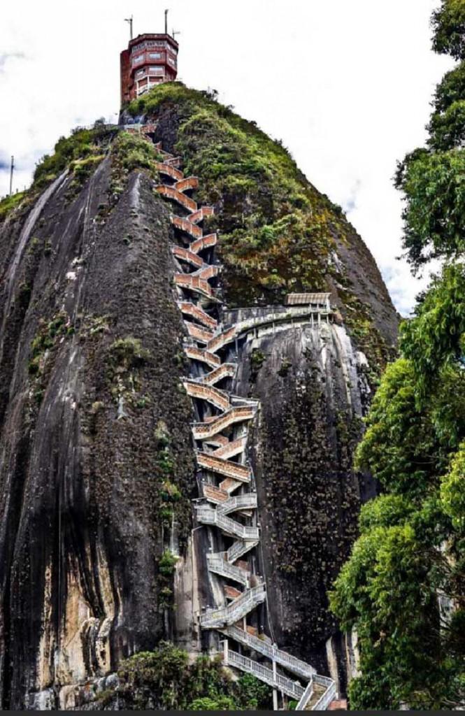Peñol de Guatapé, Ingeniosa escalera para subir la cumbre