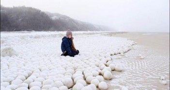 Misteriosas bolas de hielo aparecen en una playa