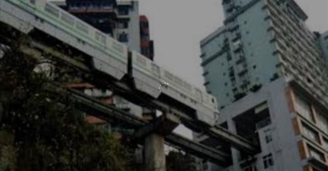 El tren que pasa por en medio de un bloque de pisos