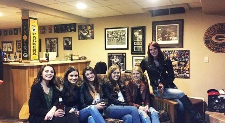 Seis chicas, ¿cinco pares de piernas?
