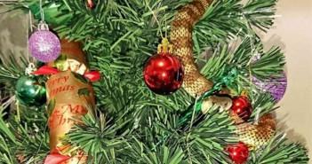 Una serpiente en arbol de navidad