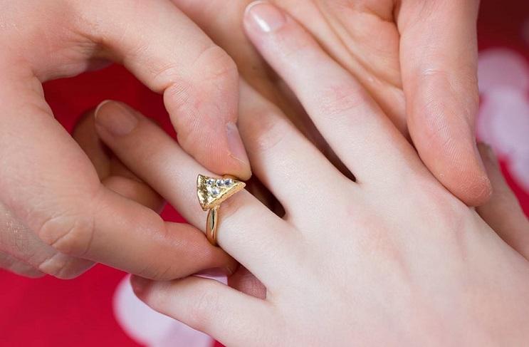 Y si te regalan un anillo con forma de pizza1