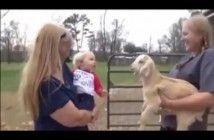 el-bebe-que-habla-con-la-cabra