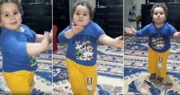 Niño turco celebrando el fin del Ramadán