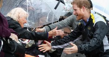 principe-harry-se-encuentra-con-su-mayor-fan