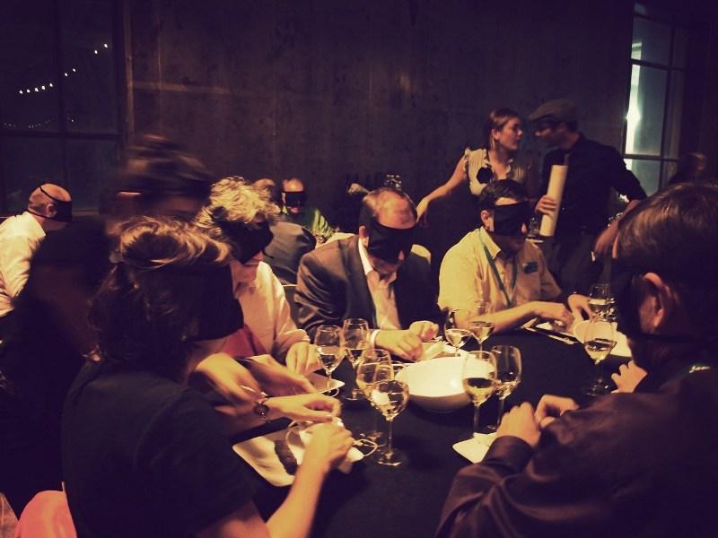 dans-le-noir-restaurante-a-oscuras