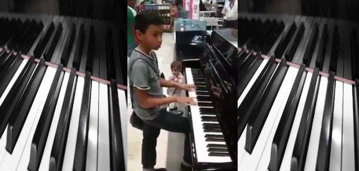 ¡Le regalan un piano por tocar genial con 12 años!