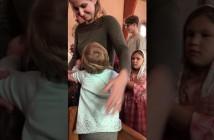 la-pequena-que-abraza-todo-el-que-va-comulgar